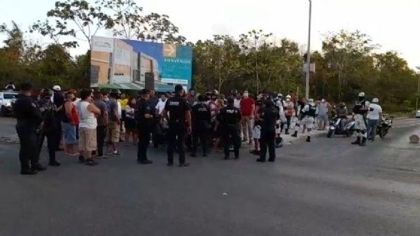 Habitantes bloquean carretera federal por apagones en Playa del Carmen |  PorEsto