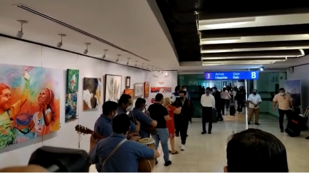 Con trova, reciben a Rommel Pacheco en el aeropuerto de Mérida: VIDEO    PorEsto